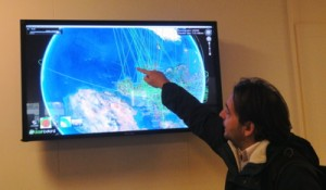 Mario Campanelli est un physicien italien qui travaille sur le projet ATLAS (après le Tevatron aux USA, Gran Sasso en Italie…), ce n'est pas une tablette tactile même géante qui va lui faire peur !