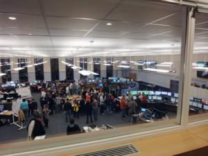 On appelle ce lieu le CCC : le Centre de Contrôle du CERN. On voit les personnels à travers une vitre mais la plupart ne contrôle rien à l'instant car un apéro est organisé pour fêter les objectifs de puissance atteints. Tout est prétexte pour ne plus mettre un coup de rame hein ?!