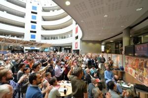 Enthousiasme général des physiciens et ingénieurs des expériences Atlas et CMS lors de l'annonce du Prix Nobel de Physique 2013. © CERN